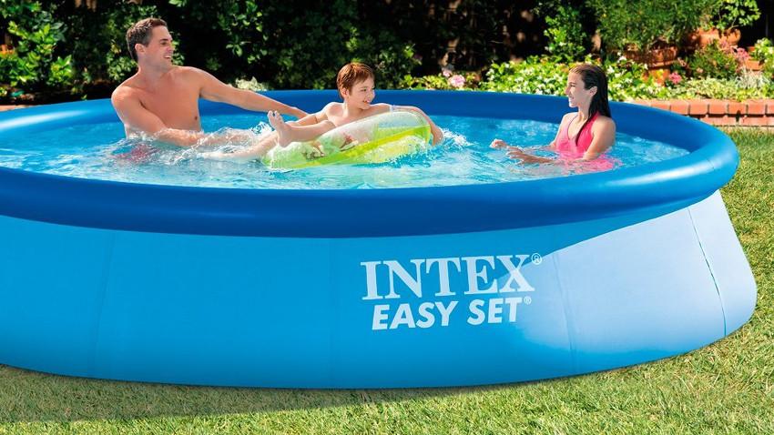 Bild zeigt einen Pool von Intext mit einer Familie, die darinnen badet. Im Hintergrund ist ein grüner Rasen zu sehen