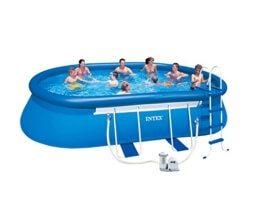 Bild zeigt einen 6 meter großen Pool mit 8 Personen, die darin schwimmen