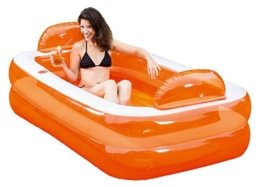 Produktansicht des aufblasbaren Pools in der Farbe Orange mit einer jungen Frau in dem Pool