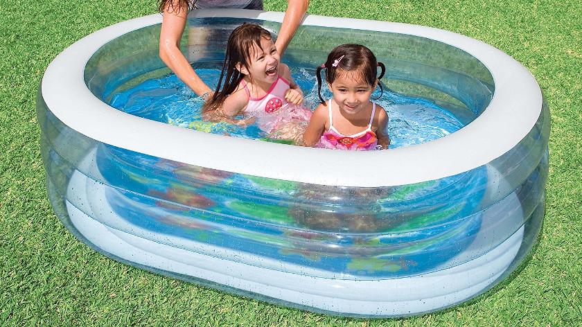 Durchschitiger Pool, in dem zwei Kinder sitzen und lachen