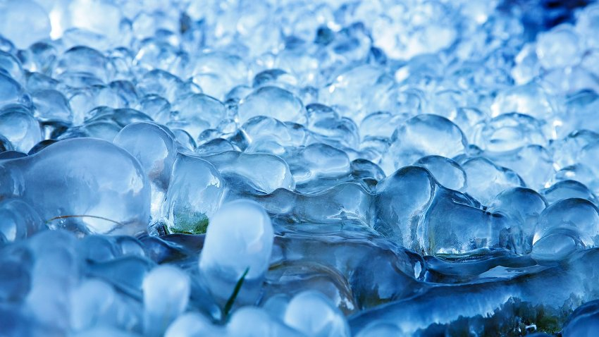 Bild zeigt gefrorenes Wasser in der Nahaufnahme